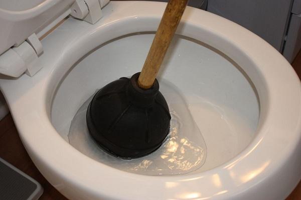 Dùng thụt bồn cầu - Cách xử lý vệ sinh thông tắc bồn cầu nhanh chóng trong một nốt nhạc