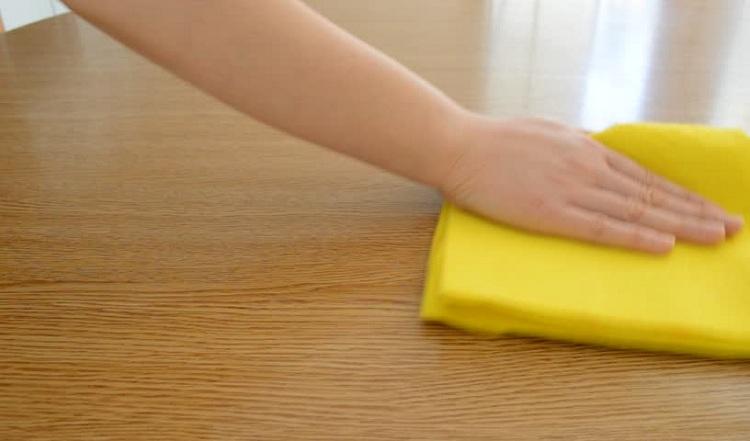 Dùng khăn mềm để lau sofa gỗ óc chó