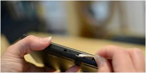 Cách vệ sinh cổng sạc điện thoại sao cho hiệu quả