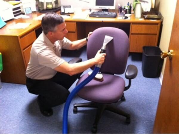 Cách vệ sinh ghế xoay văn phòng nhanh gọn mà sạch đẹp