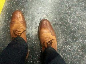 Cách vệ sinh giày da lộn đơn giản, hiệu quả nhất