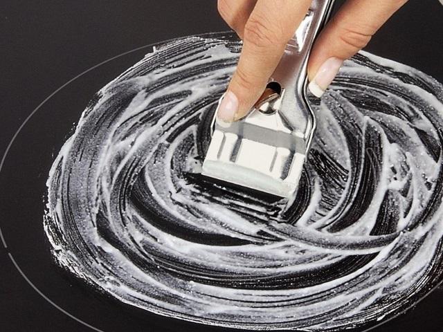 sử dụng dao cạo để vệ sinh bếp từ