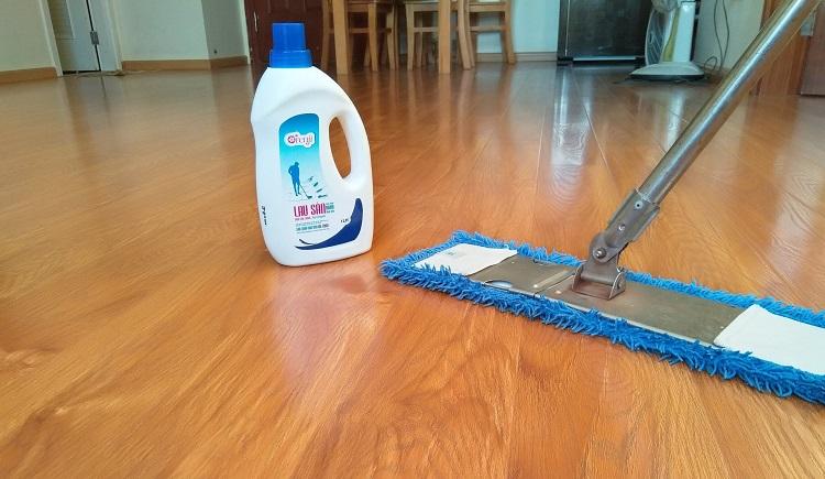 """4 Cách vệ sinh sàn gỗ công nghiệp """"sạch bong như mới"""""""